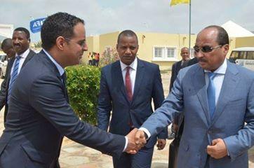 ولد يحيى يصافح الرئيس الموريتاني