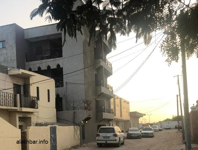 استطاع اللص تسلق هذه العمارة ودخول غرف إحدى الأسر وسرقة بعض المبالغ المالية والأغراض تحت تهديد السلاح (الأخبار)