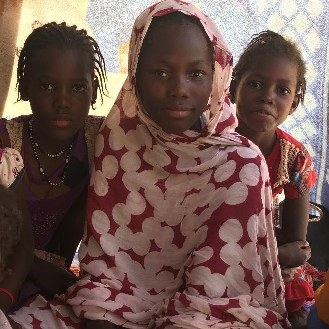 """قالت المنظمة إن الفتيات خديجتو، وآسيا، وعائشة التحقن مؤخرا بالمدرسة الابتدائية رغم عدم تقييدهن في سجل السكان بفضل مساعدة منظمة """"النساء معيلات الأسر"""""""