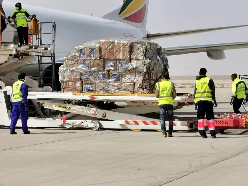 شحنة المساعدات أثناء إنزالها في مطار نواكشوط