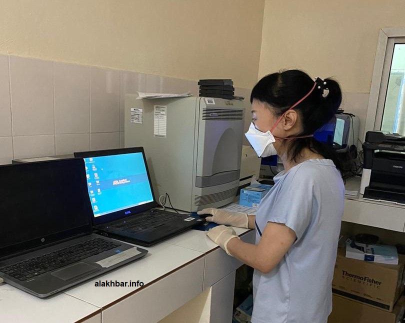 الفنية الصينية العاملة ضمن البعثة الطبية لبلادها في موريتانيا(المصدر: الأخبار)