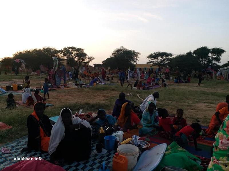 السكان نجو بما خف حلمه ليتجمهروا في إحدى المدارس في انتظار الإغاثة