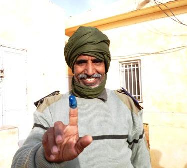 أحد عناصر قوات الحرس أثناء الإدلاء بصوته في الشوط الثاني من الانتخابات البلدية 2013 (أرشيف)