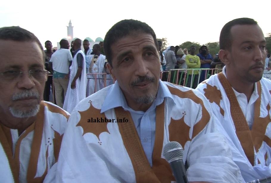 الرئيس الدوري السابق لمنتدى المعارضة بموريتانيا محمد ولد مولود (وسط) خلال نشاط سابق