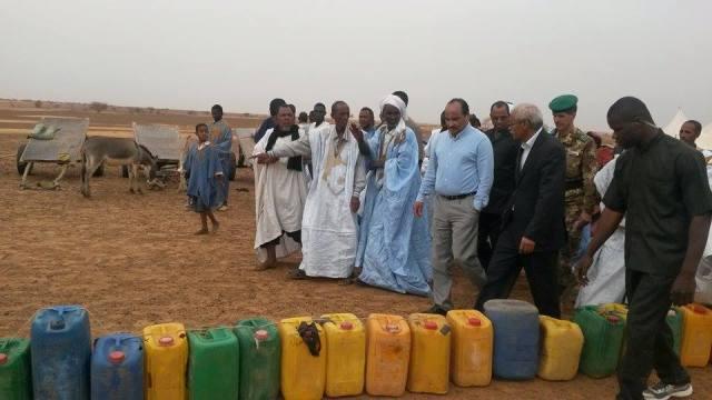 ولد عبد العزيزأثناء استقباله بأوان المياه الفارغة (نقلا عن موقع الأخبار)